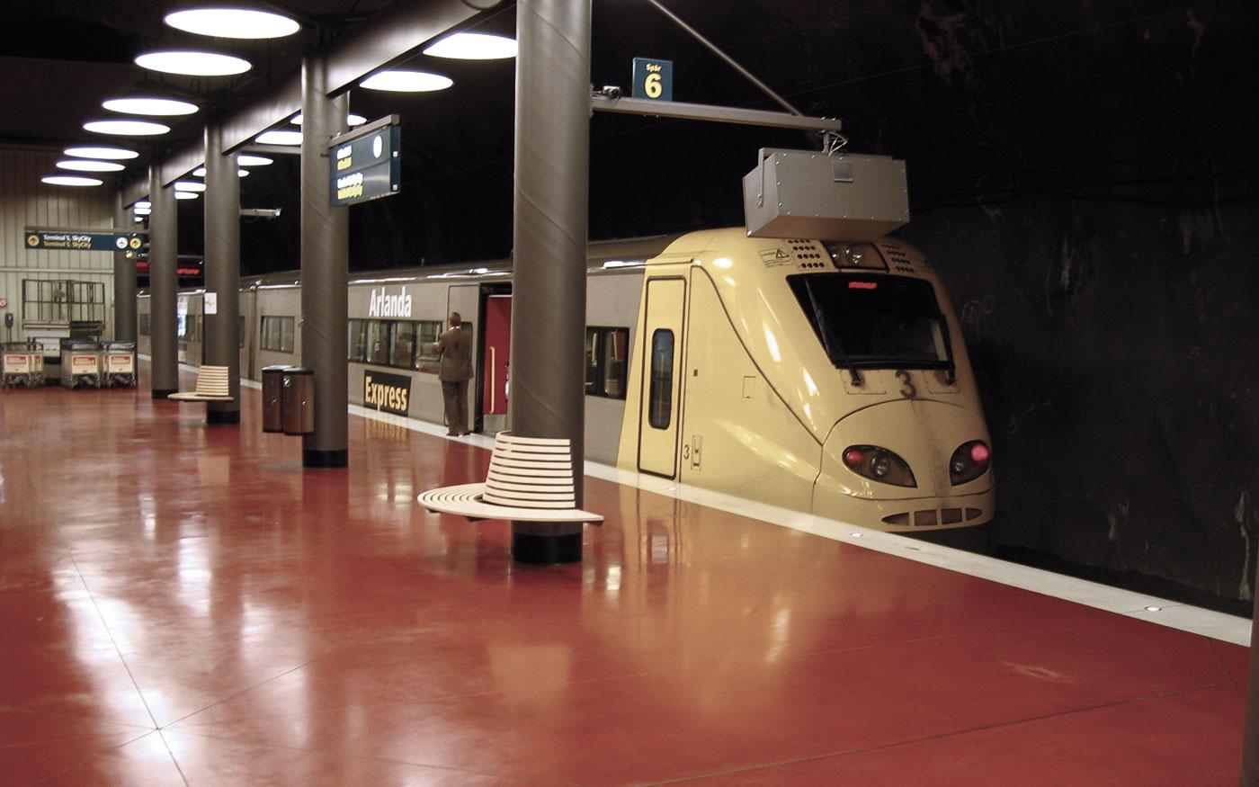 Golv, bänk och tåg vid Arlandabanan