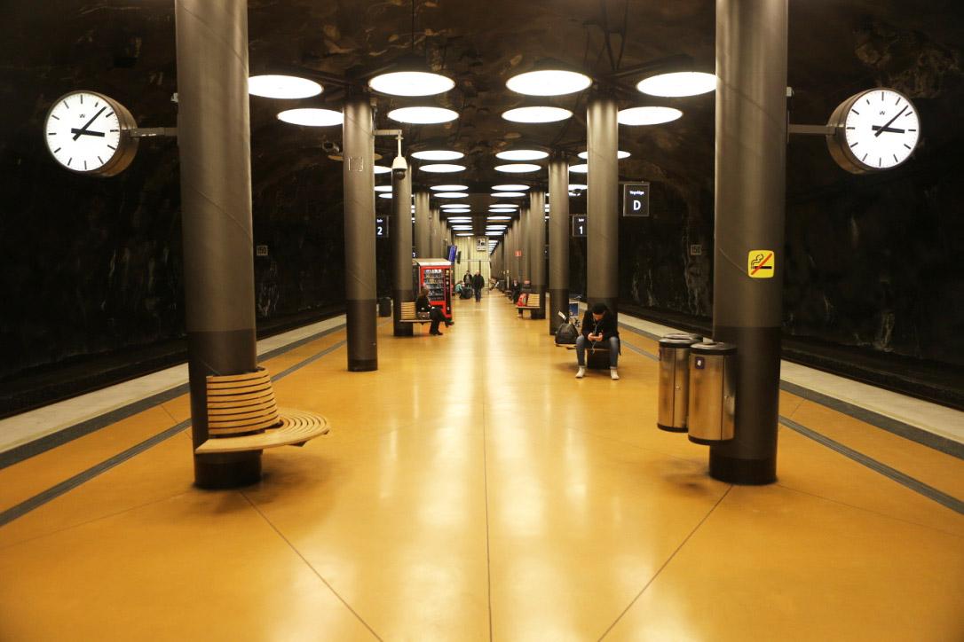 Tågperrong med betonggolv